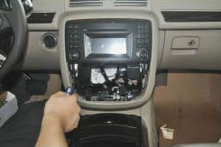 2005-2012 Mercedes Benz ML Class W164 radio installation step 5