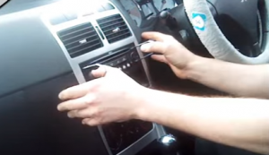 Insert the release keys into the holes of the radio